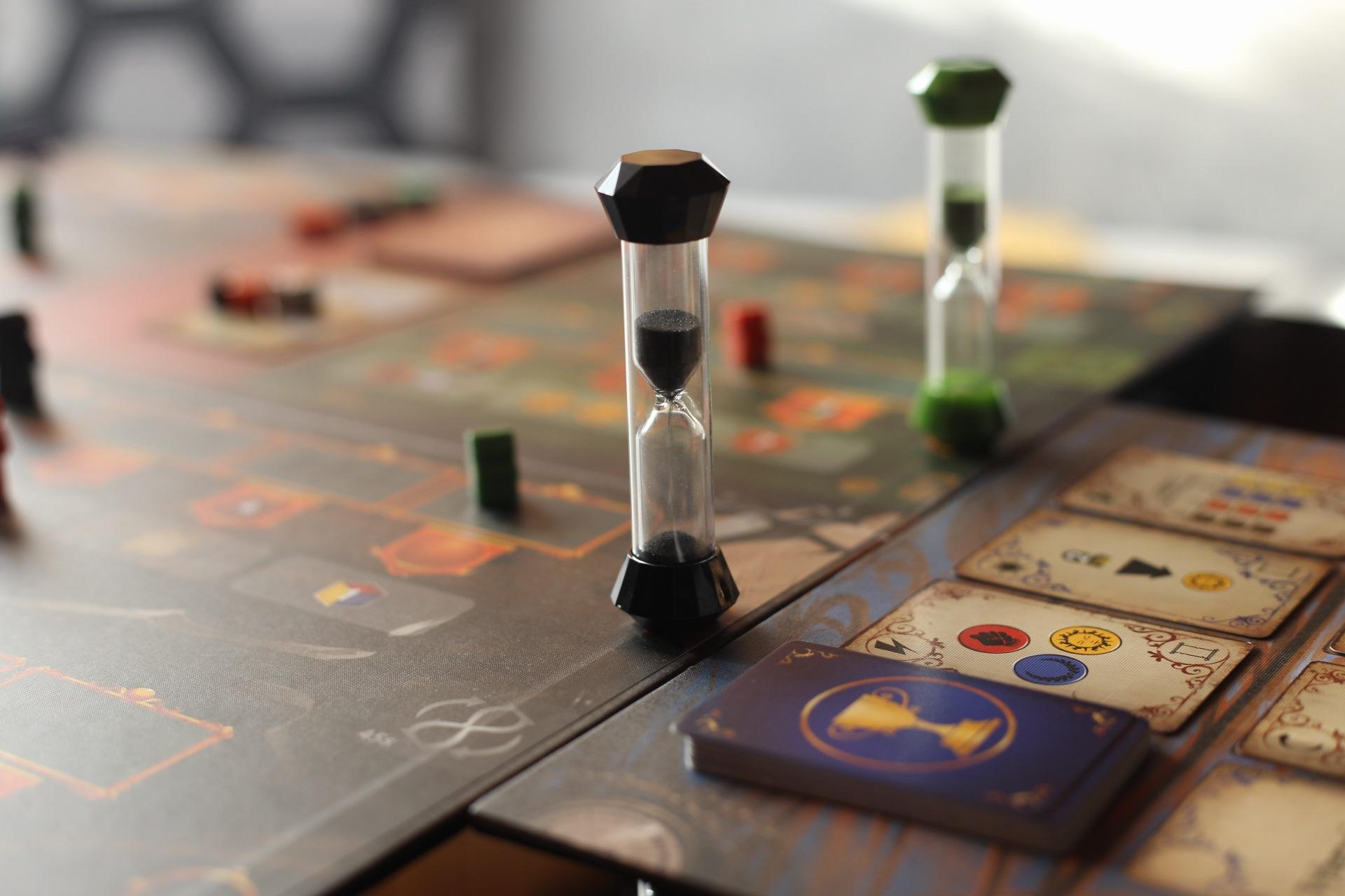 Najdôležitejšou časťou hry sú presýpacie hodiny (Foto: PoP-Cult Magazín)