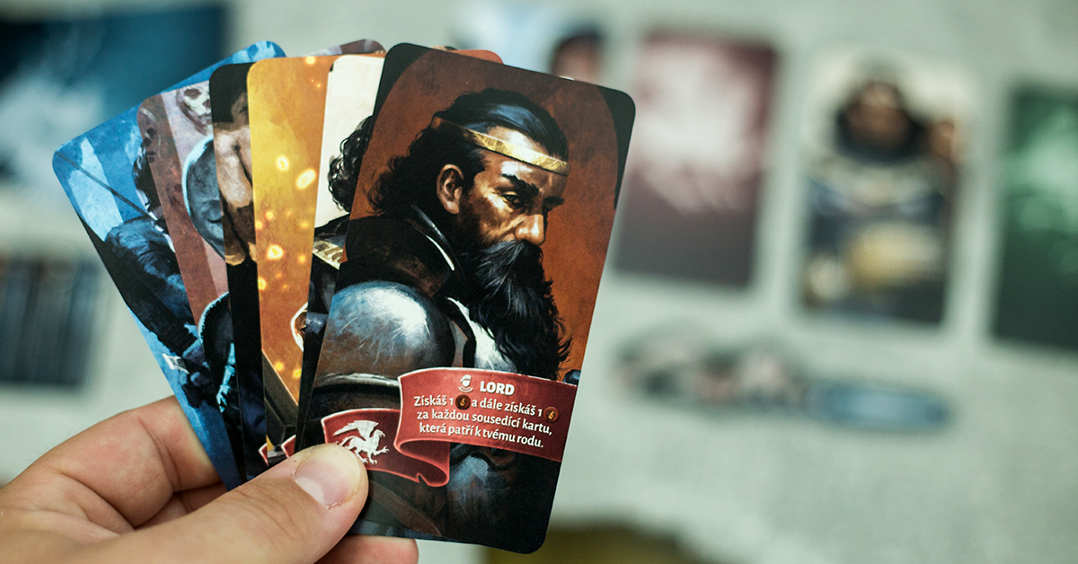Hráči využívajú karty na to, aby zasadli na trón (Foto: PoP-Cult Magazín)